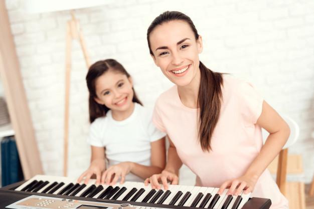 mama-nina-estan-tocando-piano-descansan-divierten_94347-689